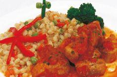 PESCADO ENTOMATADO CON TRIGO A LA JARDINERA: Preparación: 1. Sazonar el pescado con ajo y sal. 2. En una olla hacer un aderezo con ajos, cebolla en cuadritos, pimienta y aceite; agregar las arvejas, la zanahoria cortada en cuadraditos y una taza de agua, después agregar el trigo previamente sancochado, mezclar y cocinar. 3. Preparar un aderezo con aceite, cebolla y tomate en cuadraditos, ajos, salsa de tomate, laurel y cocinar. Agregar una taza de agua, añadir el pescado. #RecetaPeru