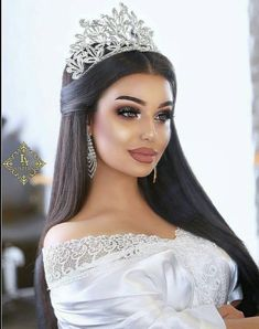 This bridal makeup is simply gorgeous😍 Save if you love this glam✨ Wedding Hair And Makeup, Bridal Makeup, Bridal Hair, Hair Makeup, Quince Hairstyles, Bride Hairstyles, Gina Lorena, Quinceanera Hairstyles, Braut Make-up