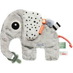 Le doudou Eléphant apporte la sécurité et le confort au coucher, dans le landau, et sur la route, et cela pour toute la journée.