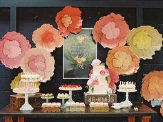 Fondo de mesa de postres decorado con flores de papel, sencillo y decorativo. #MesasDePostres