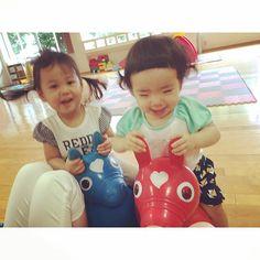 Instagram media mukumukuu - ぴょんぴょんぴょん❤︎ はい、#ブレブレ 。笑 今日も沢山遊んで沢山喧嘩  ˟ #なかよしまい#ロディ  #1歳#1歳5ヶ月#17ヶ月#親バカ部 #17months#baby#babygirl#ig_baby #ig_oyabakabu#ig_babyoftheday