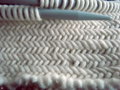 one sheepish girl: Knitting Inspiration - Herringbone Stitch Video by Oversize Me; in French, but fairly clear video. Also, an excuse to brush up on my French! Yarn Projects, Knitting Projects, Crochet Projects, Knitting Stitches, Knitting Patterns, Crochet Patterns, Free Knitting, Start Knitting, Knitting Ideas