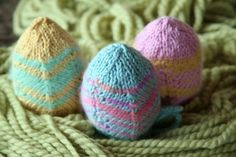 Free knitted Easter egg pattern...has a drawstring to allow enclosure of a plastic egg filled with goodies...kind of different