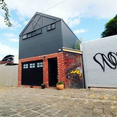 A look so unique to Melbourne. A classic barn from Green Solar Designs and Gentrify Constructions with a touch of Axon Cladding, brickwork and urban street graffiti. Melbourne Architecture, Modern Architecture, External Cladding, Melbourne Street, Street Graffiti, Garage Design, Brickwork, Warehouse, Solar