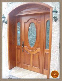 Puerta principal maciza en madera de cedro con dos fijos y cristales grabados.