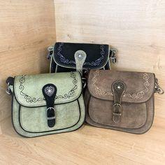 Diese edle Trachtentasche ist aus weichem Leder, und kann dank der abnehmbaren Schulterriemen auch als Clutch genutzt werden. #trachtentasche #trachtenlook #trachtig #lederhose #dirndl #trachtenoutfit #edelweiß #leder #ledertasche #echtleder #wildleder Clutch, Soft Leather, Leather Bag, Suede Fabric, Shoulder, Handbags