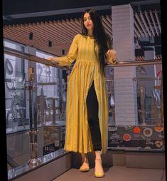 Frock Fashion, Fashion Poses, Girls Fashion Clothes, Girl Fashion, Fashion Outfits, Pakistani Dresses Casual, Indian Dresses, Kurti Designs Party Wear, Dress Designs