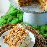 The BEST Hummingbird Cake! Think carrot cake flavors meet banana bread in a moist, 'never disappoints' cake. It's going to become your favorite! Cheap Clean Eating, Clean Eating Snacks, Humingbird Cake Recipe, Hummingbird Cake, Snacks Sains, Salty Cake, Bread And Pastries, Cake Flavors, Cake Toppings