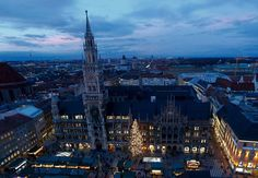 El iluminado Ayuntamiento de Munich y su famoso mercado navideño fueron fotografiados después del encendido oficial del árbol de Navidad el 30 de noviembre de 2015. (Michael Dalder / Reuters)