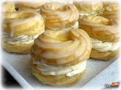 Vanilkové Venčeky s maslovo-pudingovým krémom. Myslím že u nás sú to tie najlepšie venčeky čo sme kedy jedli. Na každý sviatok či oslavu, patria na náš stôl. Pridajte sa k nám sú ako domáce veterníky Doughnut, Basket