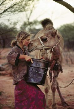 Writer Robyn Davidson is photographed with her camel Zelly for National Geographic in 1977 in the outback, Australia. While Robyn nursed Zelly she reciprocated with an affectionate nuzzle. PUBLISHED Get premium, high resolution news photos at Getty Images Robyn Davidson, Photographie National Geographic, National Geographic Photography, Amor Animal, Mundo Animal, Animals And Pets, Cute Animals, Wild Animals, Baby Animals