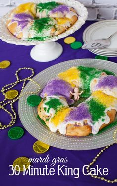 This Mardi Gras make this easy King Cake recipe using packaged crescent rolls for the dough. A delicious twist on a traditional Mardi Gras king cake. Mardi Gras Food, Mardi Gras Party, Mardi Gras Cake Recipe, Holiday Treats, Holiday Recipes, Christmas Recipes, Holiday Fun, Cream Cheese Crescent Rolls, King Cake Recipe Crescent Rolls