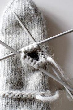 Jag har länge tänkt att jag borde sticka mig ett par Lovikkavantar. Så fick jag ett så bra och pedagogiskt mönster av en vän som är syslöjds... Bra Hacks, Fair Isle Knitting, General Crafts, Happy Socks, Weaving Art, Knit Mittens, Knitting Accessories, Handicraft, Ravelry