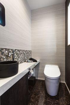 ゆとりのあるトイレ空間。大理石調の床が高級感を演出します。