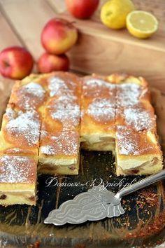 Ucierane ciasto cytrynowe, a pośrodku warstwa jabłek i sera. Ciasto jest pyszne i soczyste, wyraźnie cytrynowe i serowe.