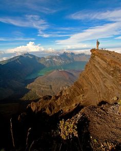 Looking out over the crater of Gunung Rinjani Volcano, Indonesia (by Bas Schonenberg).