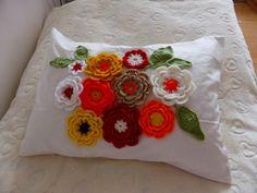 Kwiaty zrobione na szydełku z kolorowej włóczki