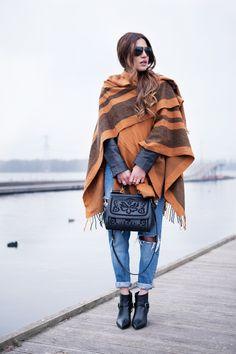 Quest'anno sono tornate le calde e avvolgenti #mantelle ecco un #look molto semplice, ma d'effetto: una mantella dai colori caldi sopra boyfriend #jeans.  #fashion