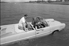 Président Lyndon B. Johnson au volant de sa voiture amphibie. (1965)
