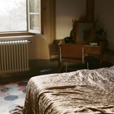 villa-lena, tuscany, italy, toiano, palaia, bed, bedroom, bedsheet, bedsheets, desk, window, floor, tiles, natural-light, day-light