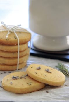 Honey Lavender and Rosemary Shortbread Cookies (christmas baking gifts shortbread cookies) Rosemary Shortbread Cookies, Honey Cookies, Shortbread Recipes, Rosemary Cookies Recipe, Lavender Shortbread, Just Desserts, Delicious Desserts, Dessert Recipes, Yummy Food