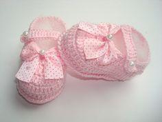 sapatinho feito a mão a mão de crochê.   material;linha 100% algodão.  cor;rosa.  tamanho;8 cm de comprimento para bebe de 0 a 2 meses,para outros tamanhos entre em contato.