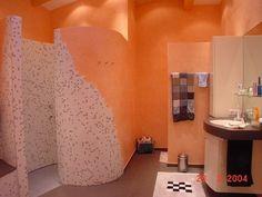 Runde Duschwände mit Mosaikfliesen und Orangetöne im Bad. Raumgestaltung durch die Bomm Malerwerkstätten in Weitersburg (56191) | Maler.org