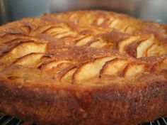 Recette Gâteau crousti-fondant aux pommes- this looks like it would be good soaked in rum or brandy. Apple Recipes, Sweet Recipes, Cake Recipes, Beignets, Mousse Au Chocolat Torte, Desert Recipes, Cupcakes, I Love Food, Sweet Tooth
