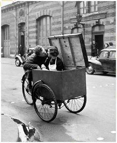"""O casal anônimo em """"Le Baiser Blotto"""", fotografia de 1950, nas ruas de Paris, por Robert Doisneau. Veja também: http://semioticas1.blogspot.com.br/2014/03/flagrantes-de-cartier-bresson.html"""