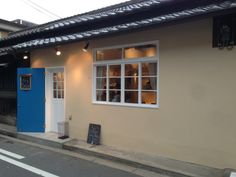 Japanese old house is renovated and becomes a modern cafe.