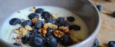 Ontbijt is de belangrijkste maaltijd van de dag. Dit frisse, gezonde ontbijt met blauwe bessen en walnoten is makkelijk te maken en heel snel klaar.
