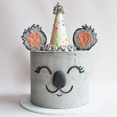 Isnt this a festive little koala?   Cake by @breadandbuttercream  Follow @fondantlovers   #koala#koalacaketopper#koalacake#koalatheme#koalaparty#koalabirthday#australiaday#australiancake#koalacakes#animalcake#animalcakescakes#coolcake#coolcakes