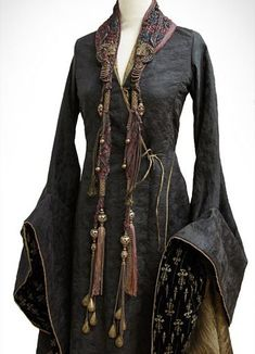 Cersei mourning Tywin, embroidery by Michele. - A Game of Clothes Historical Costume, Historical Clothing, Got Costumes, Fantasy Gowns, Fantasy Costumes, Medieval Dress, Character Outfits, Costume Design, Mantel