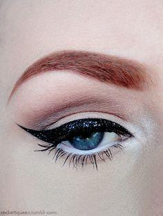makeupftw:    Black glitter liner  http://rockettqueen.tumblr.com  http://rockettqueen.tumblr.com