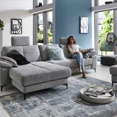 Velmi pohodlná komfortní sedací souprava vhodná jak do moderních, tak i konzervativnějších interierů. Dostupná jak v látkovém, tak v celokoženém provedení. Sedací souprava je konfigurovatelná do různých rohových sestav nebo jako samostatné sofa.