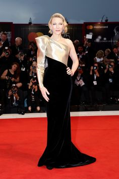 Cate Blanchett was in attendance at the Suspiria premiere during the 2018 Venice Film Festival. She wore an Armani Prive Fall 2018 Haute Couture asymmetric gown. Celebrity Red Carpet, Celebrity Look, Celebrity Dresses, Cate Blanchett, Vestidos Armani, Beautiful Dresses, Nice Dresses, Venice Film Festival, Look Street Style