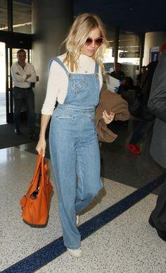 De passage à l'aéroport de Los Angeles ce jeudi 17 novembre, Sienna Miller a montré à quel point la salopette lui allait comme un gant.