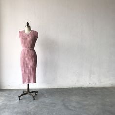 Ionic Woman Pleated Column Dress Gauze Dress, Dress Up, We Wear, How To Wear, Column Dress, Opaque Tights, Body Types, Sash, Looks Great