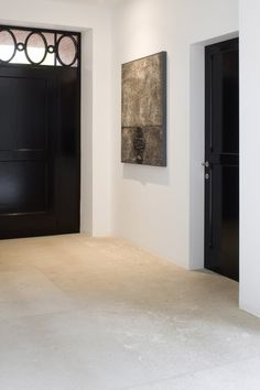 Beautiful floor of choice Italian travertine. Because this travertine floor with attention and only subtly antiquated, our floor L 'Authentico gets an authentic and modern look. The floor is ideal in combination with underfloor heating. Limestone Flooring, Travertine Floors, Natural Stone Flooring, Concrete Floors, Black Doors, Kitchen Flooring, Kitchen Tiles, Room Kitchen, Kitchen Dining