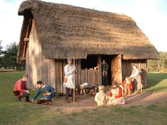 BBC - Primary History - Anglo-Saxons - Anglo-Saxon life This is what an Anglo-Saxon house was like. The people are modern but wearing 'Anglo-Saxon' clothes. Medieval Village, Medieval Houses, Medieval Life, Anglo Saxon History, British History, Anglo Saxon Houses, Anglo Saxão, Primary History, Germanic Tribes