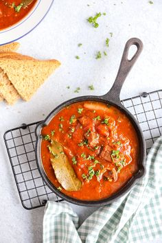Stifado - Lekker en Simpel Thai Red Curry, Slow Cooker, Meat, Ethnic Recipes, Food, Turks, Essen, Meals, Crock Pot