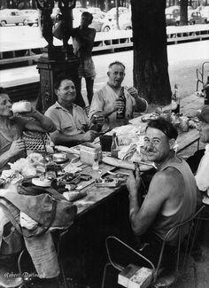 Pique-nique sur les Champs-Elysées, Paris 1959. Photo Robert Doisneau.