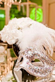 O baile de máscaras é uma opção para quem quer comemorar o aniversário de 15 anos com glamour. Além de ser usado pela aniversariante e pelos convidados, o adereço pode ser utilizado na decoração do local da festa, como nessa proposta de Andréa Guimarães