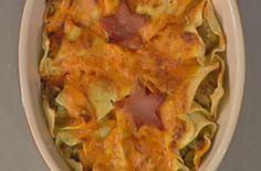 10 carciofi medi, 150 g di prosciutto di Parma, 150 g di prosciutto cotto, 50 g di mollica di pane, 100 g di grana grattugiato, 3 tuorli, sale, pepe, noce moscata. Per la pasta: 3 uova, 300g di farina. Per il sugo: 250 g di panna fresca, 10 g di farina, 10 g di burro, 4-5 cucchiai di pomodori pelati passati. Per guarnire:
