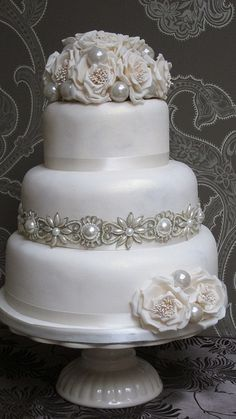 Wedding Obsessed.. check out weddinspire.com for more #wedding cake images