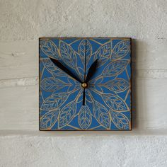 """Ręcznie wykonany, malowany i zdobiony, zegar ścienny, z cichym, """"płynącym"""" mechanizmem. Zegar na desce 15x15cm."""