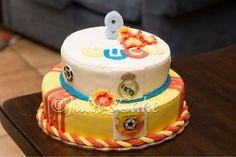 Queque de cumpleaños sabor marsmelo. Decoraciones elaboradas en pasta de azúcar. 100% comestible.