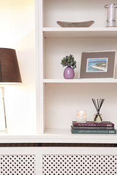 Deine drei Lieblingsbücher kannst du als Podest für besonders schöne Accessoires nutzen. Unser Tipp: Jedes Fach möglichst luftig gestalten und mit Deko in unterschiedlichen Höhen, Formen und Größen variieren – das bringt Abwechslung rein!
