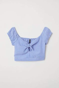 Short seersucker top with a sweetheart neckline that has an opening and ties at the front. Short, raglan, puff sleeves that are elasticated top and bottom, Trendy Summer Outfits, Pretty Outfits, Cute Outfits, Teen Fashion Outfits, Outfits For Teens, Girl Outfits, Crop Top Outfits, Cute Crop Tops, Teenager Outfits