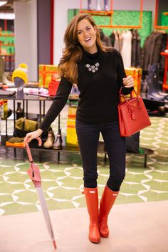 Red Hunter Boots, Hunter Boots Outfit, Wellies Rain Boots, Rainy Day Fashion, London Outfit, Fashionable Snow Boots, Winter Chic, Hunting Clothes, Rain Wear
